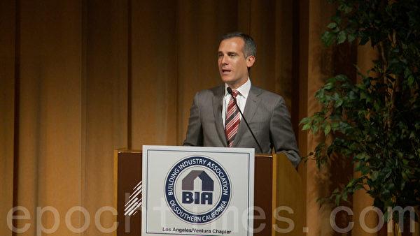 洛杉矶市长加西堤在南加建筑工业协会住房峰会演讲。(郑浩/大纪元)