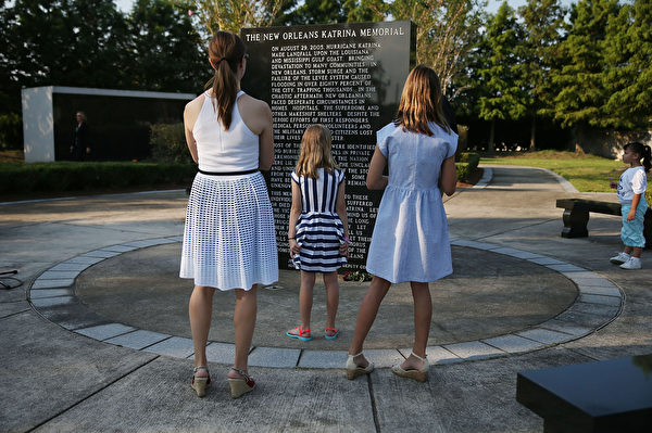 8月29日,人们在新奥尔良卡特里娜飓风纪念馆凭吊罹难者。(Joe Raedle/Getty Images)