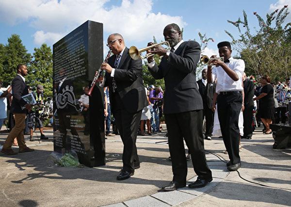 8月29日,人们在新奥尔良卡特里娜飓风纪念纪念碑凭吊罹难者。(Joe Raedle/Getty Images)在