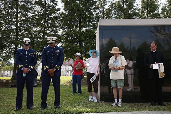 8月29日,人们在新奥尔良卡特里娜飓风纪念馆附近的一个陵墓,凭吊罹难者。(Joe Raedle/Getty Images)
