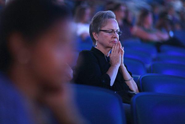 8月29日,庆祝纽奥良灾后重生10周年,在冰沙国王中心,举行仪式追悼亡者。(Joe Raedle/Getty Images)