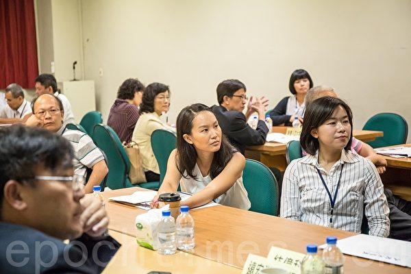 大纪元时报27日在高雄科学工艺博物馆举办第二场企业联谊活动,与会者专心听讲。(郑顺利/大纪元)