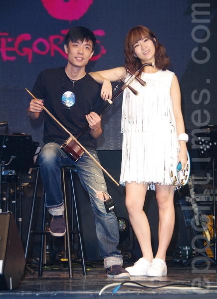 好友小宇(左)特別為阿福站台,兩人首次在公開場合合體唱專輯中的新歌《前面路口停》。(黃宗茂/大紀元)