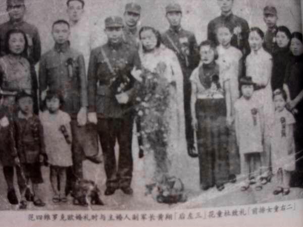范四維與羅克歐的結婚照,後排左三是主婚人副軍長黃翔,前排左二是花童杜致禮(杜聿明軍長的女兒,後來與美籍華人諾貝爾獎獲得者楊振寧先生結婚。)(作者提供)