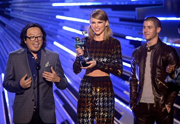 泰勒‧斯威夫特(中)摘下年度最佳音乐录影带等四大奖成为最大赢家。(Kevork Djansezian/Getty Images)