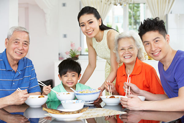 报告显示,由于华人文化注重孝道,华人家庭大多不会把年迈父母送入养老院,更倾向于由家庭成员在家里提供日常照顾,特别是女儿照顾父母的更多。(fotolia)