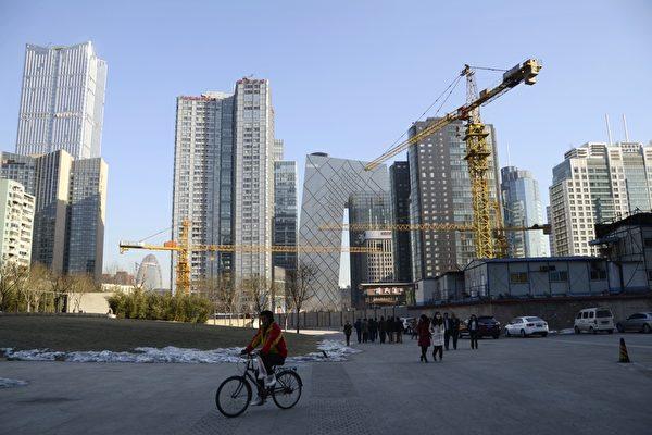 大陸多隻房地產類公司債中止發行,而房企年底將迎來償債高峰,房企資金鍊將會出現斷裂風險。