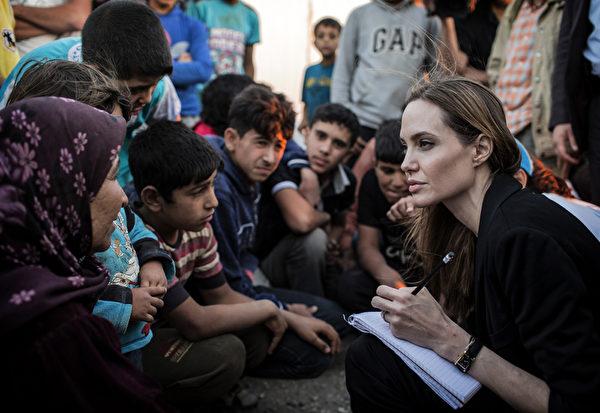 2013年6月18日,安吉丽娜‧朱莉探访了世界第二大、位于约旦的叙利亚难民营。(O. LABAN-MATTEI / UNHCR / AFP)