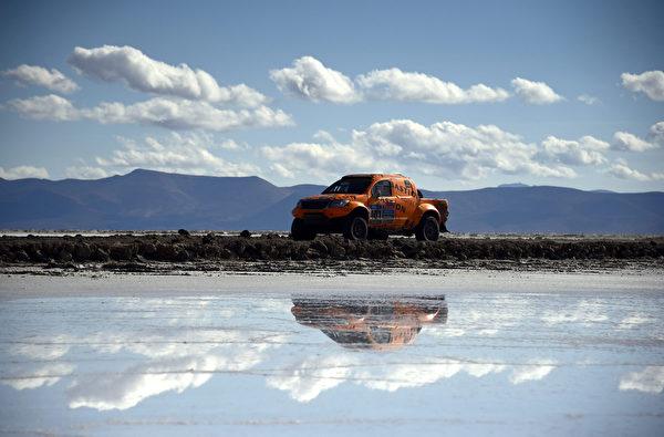 世界最大的烏尤尼鹽沼一景,取景於玻利維亞烏尤尼(Uyuni,Bolivia)和智利愛奎奎(Iquique, Chile)之間。(AFP PHOTO / FRANCK FIFE)