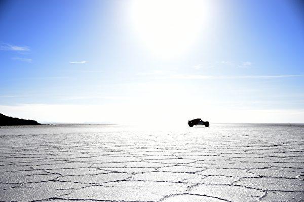 烏尤尼鹽沼( Salar de Uyuni, 英文:Uyuni Salt Flat) 乾旱時是一望無際的純白「六角地磚」。 (AFP PHOTO / FRANCK FIFE)