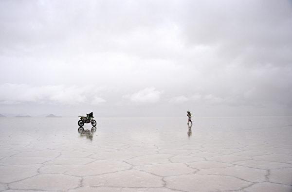 無邊無際的「天空之鏡」烏尤尼 鹽沼一景。(AFP PHOTO / FRANCK FIFE)AFP PHOTO / FRANCK FIFE