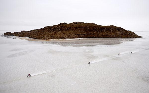 世界最大鹽沼烏尤尼 一景。(AFP PHOTO / FRANCK FIFE)