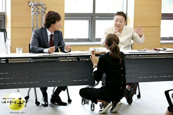 秀英会向甘宇成、姜富子等前辈讨教演技。(纬来戏剧台提供)