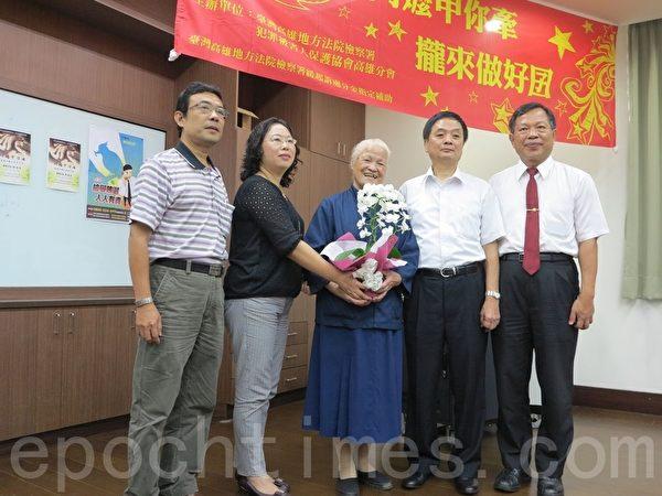 高龄85岁的国宝级台湾陈绸阿嬷(中),3日应邀至雄检桥头办公室分享人生体悟。(李晴玳/大纪元)