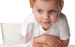 爸妈照顾不周 3岁女孩自己买牛奶 视频走红