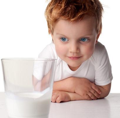 爸媽照顧不周 3歲女孩自己買牛奶 視頻走紅