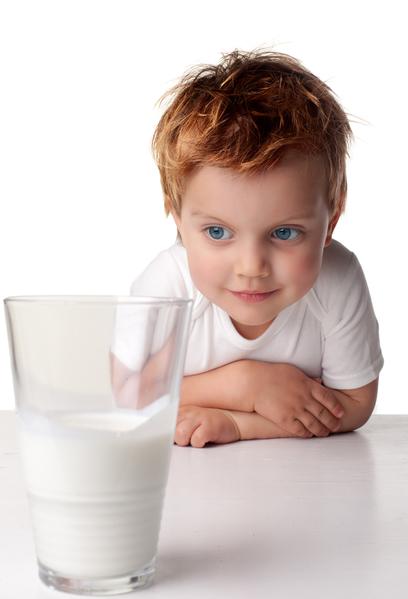 儿童喝牛奶(fotolia)