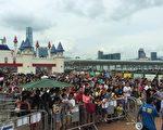 荔園閉幕日吸引約6萬人次入場,雖然人數眾多,仍無損市民雅興。(荔園提供)