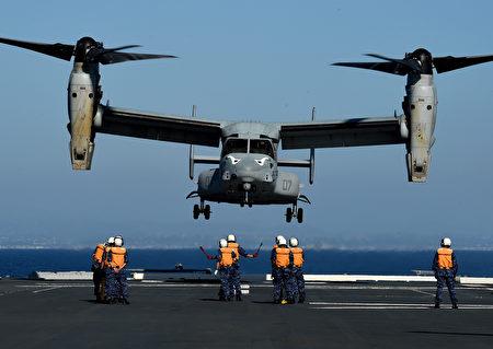 2015年9月3日,美軍與日本自衛隊公開展示訓練代號為「黎明閃電戰」的軍事聯合訓練,訓練於美國加州舉行,目的在於加強美日合作、提高離島防衛能力。圖為一架美國海軍陸戰隊MV-22魚鷹式傾轉旋翼機在日本水手的指揮下降落在日本海上自衛隊的JS日向號直昇機驅逐艦上。(MARK RALSTON/AFP)
