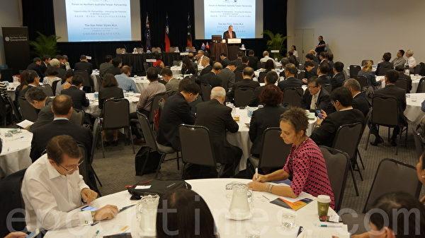 北領地商務部長彼得史戴爾做了精闢的專題演講,介紹夥伴關係——解開北澳大利亞的潛力與機會。(林達/大紀元)