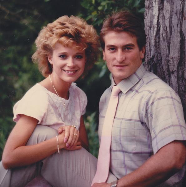 大学时代的杰夫‧奥尔森是美式足球运动员,他与妻子塔玛拉一见钟情。图为两人的订婚照。(courtesy of Jeff Olsen)