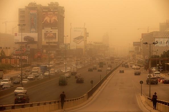 沙尘暴席卷中东 8死数百人呼吸不适