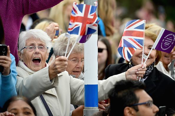 9月9日,民众热情欢迎女王。(Jeff J Mitchell/Getty Images)
