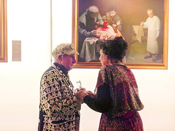 七十八歲的喬治.梅傑先生(George Major)——「佩卡姆的珠光國王」 說,畫作《活摘器官的罪惡》最強烈震撼心靈。(明慧網)