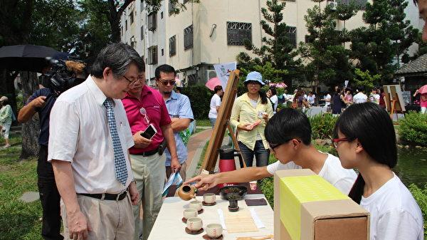 該組茶文青所設計的1組創意茶具,是以KANO意象來設計,有棒球帽子、棒球手套……等相當吸睛。(李擷瓔/大紀元)