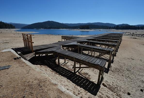 持续干旱造成内华达山积雪几近消失,大溪涧(Big Creek)水力发电站的雪水量日渐减少,水库水位降到了最低。图为亨廷顿码头,由于加州受连续干旱的影响,水库容量只有以往的30%。(MARK RALSTON/AFP/Getty Images)
