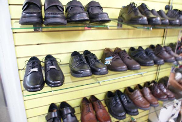 紐約特殊鞋店經營的各種特殊鞋。(李長樂/大紀元)