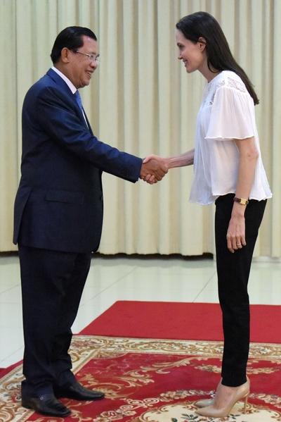 2015年9月17日,好莱坞影星朱莉在金边会见柬埔寨总理洪森。穿着高跟鞋的朱莉明显高于洪森。(TANG CHHIN SOTHY/AFP/Getty Images)