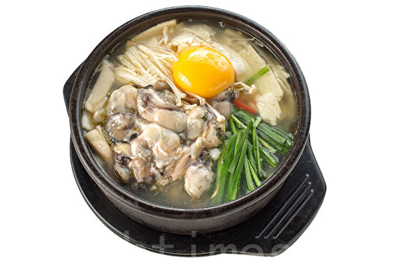绝配牡蛎汤饭: 半熟蛋黄+牡蛎+韭菜。(张学慧/大纪元)