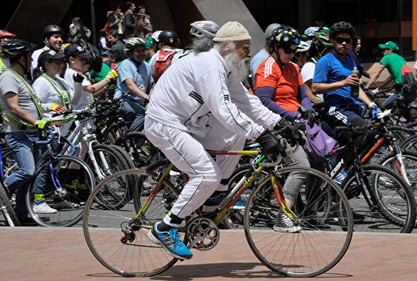 2015年9月22日,響應世界無車日,波哥大人騎自行車出門。無車日主旨為鼓勵車主在當日放棄使用私家車,乘坐公共運輸、騎單車,甚至步行。此活動希望喚起民眾對環境保護的重視。(GUILLERMO LEGARIA/AFP)