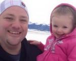 小伊姬在「髮型老爹」格雷格‧維克赫斯特懷中。(Greg Wickherst/Facebook)