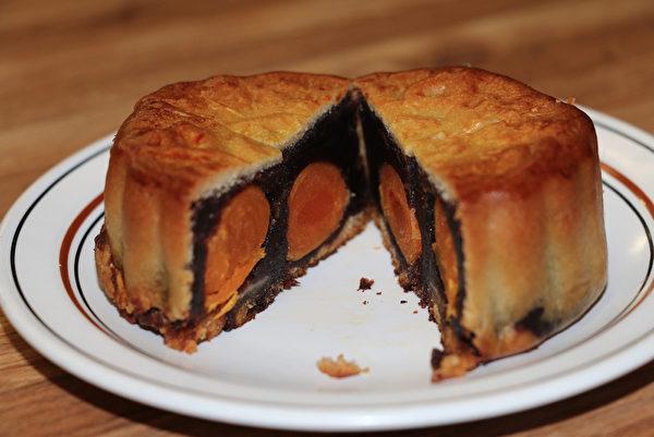 图:东亚饼家的豆沙四黄月饼。(李晴照/大纪元)