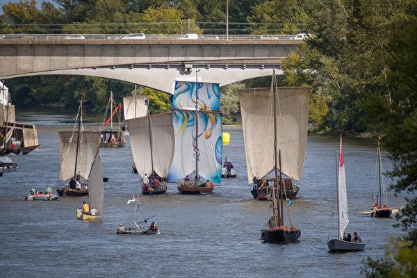 2015年9月23日,法國盧瓦爾河節,法國中部奧爾良盧瓦爾河的內河航運聚會。將有來自歐洲各地,超過兩百艘駁船和(菲托)平底船停泊於此,活動直到27日。盧瓦爾河是法國第一大河,風景很美,是法式鄉村的最佳寫照。(GUILLAUME SOUVANT/AFP)