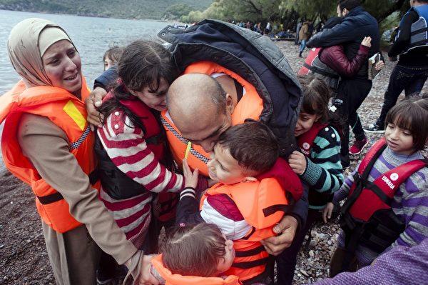 9月23日,希臘列士波斯島,難民越過土耳其愛琴海之後抵達海灘附近。難民潮再現,9月23日大約有2,500名移民和難民在數小時內陸續抵達希臘列士波斯島,湧入人數連續攀升。(IAKOVOS HATZISTAVROU/AFP/Getty Images)