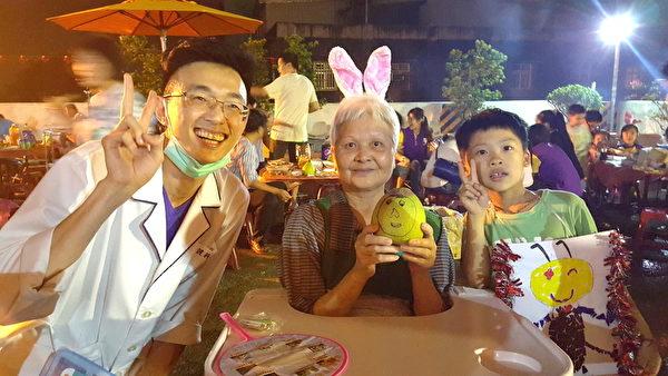 儿发中心治疗师和小朋友与护家长辈开心合影(敏盛医院/提供)