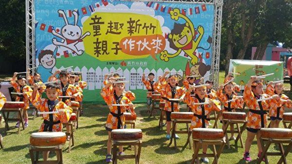 由汉声幼儿园小朋友活力十足的太鼓表演。(林宝云/大纪元)