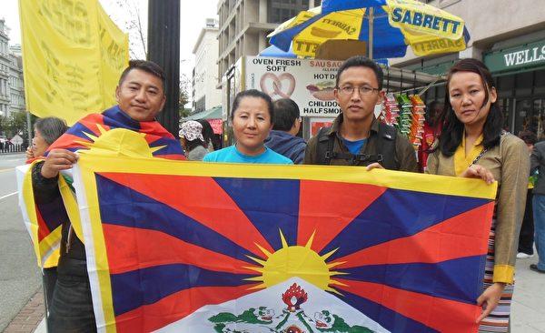 西藏團體發言人 Tenzin  Jigme先生(右二)(李辰/大纪元)