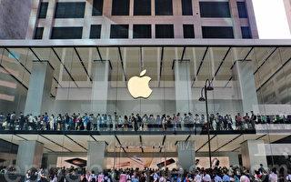 蘋果公司新上市的iPhone 6s第一個週末(25-27日)即售出1300萬支,但股價卻在週一(28日)下跌1.98%至112.44美元作收。圖為香港蘋果專賣店前排隊等候買新機的顧客。(宋祥龍/大紀元)