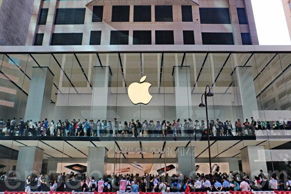 2015年9月25日,蘋果公司iPhone 6S、iPhone 6S plus於9月25日同步在全球12個國家和地區首賣。不過,因新機未有突破性更新,加上大陸和香港同列為首發城市,令炒風大減。甚至出現回收價低過發售價的情況,是5年來首次。(宋祥龍/大紀元)