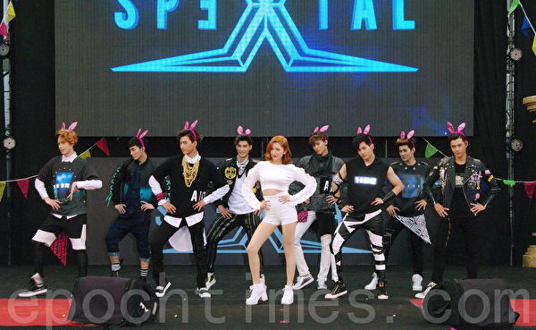 SpeXial應景戴上「粉紅兔耳」化身「小兔暖男」載歌載舞,郭雪芙(中)驚喜現身。(黃宗茂/大紀元)