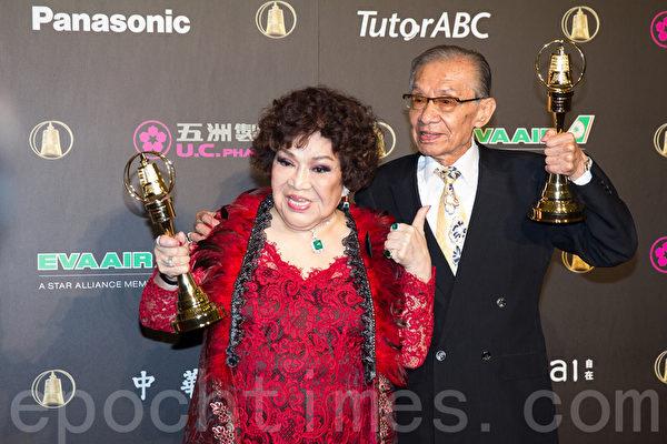周游女士与常枫先生获得特别贡献奖。(许基东/大纪元)