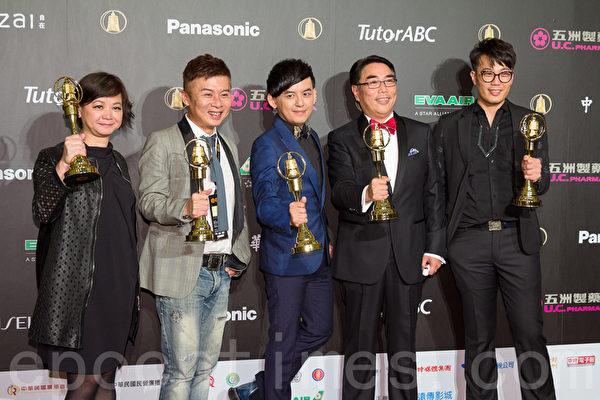 综艺节目奖全球中文音乐榜上榜(联意制作股份有限公司)得奖,主持人黄子佼(中)也获综艺节目主持人。(许基东/大纪元)