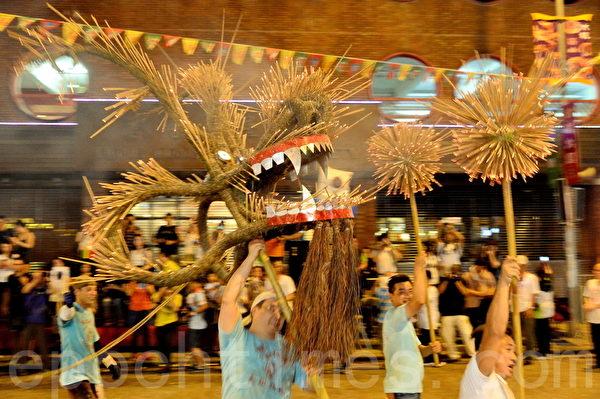 2015年9月27日,香港,中秋節傳統習俗大坑舞火龍,26日晚迎月夜起一連三晚舉行。由300人舞動的火龍晚上起步,火龍全長67米,插滿七萬支線香,吸引大批市民及遊客圍觀。27日晚火龍會舞入維園。(宋祥龍/大紀元)