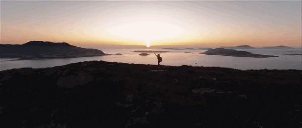 希尔德冈漫步挪威峡湾。(视频截图)