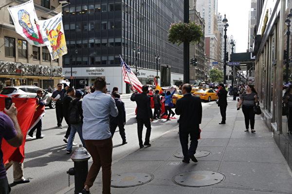 2015年,纽约华尔道夫酒店附近,扛着中共血旗欢迎习近平的对于与维权访民起冲突。(大纪元资料图)
