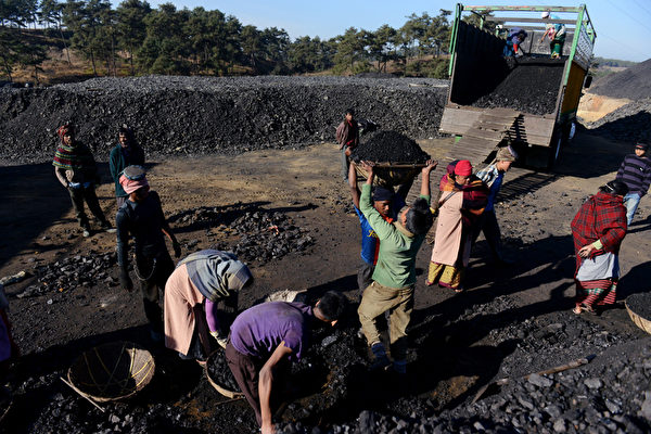 許多勞工僅為了生存,被迫賺取遭到剝削的微薄工資。(ROBERTO SCHMIDT/AFP/Getty Images)